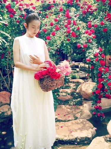 56岁舞神杨丽萍置身花海<br>仙气十足似少女