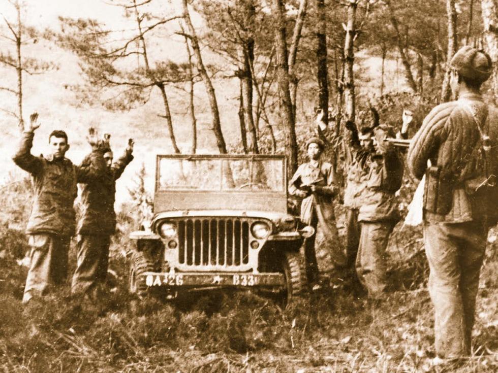 第五:朝鲜战争第五次战役转移阶段。1951年5月,抗美援朝第五次战役进攻歼敌阶段完成后,志愿军参战各兵团开始向北转移。因过于轻敌,掩护计划不周密,遭到美军的快速反击,一时陷入被敌分割包围之中。后主力部队脱险,但三兵团60军第180师损失大半,几乎覆灭。整个战役歼敌8万2千,中朝方损失8万5千,其中志愿军损失7万5千。仅转移阶段失踪就达2万多人,后证实其中1万7千余人被俘。图为中国人民志愿军在朝鲜元山俘获的美军官兵(图源:Getty/VCG)
