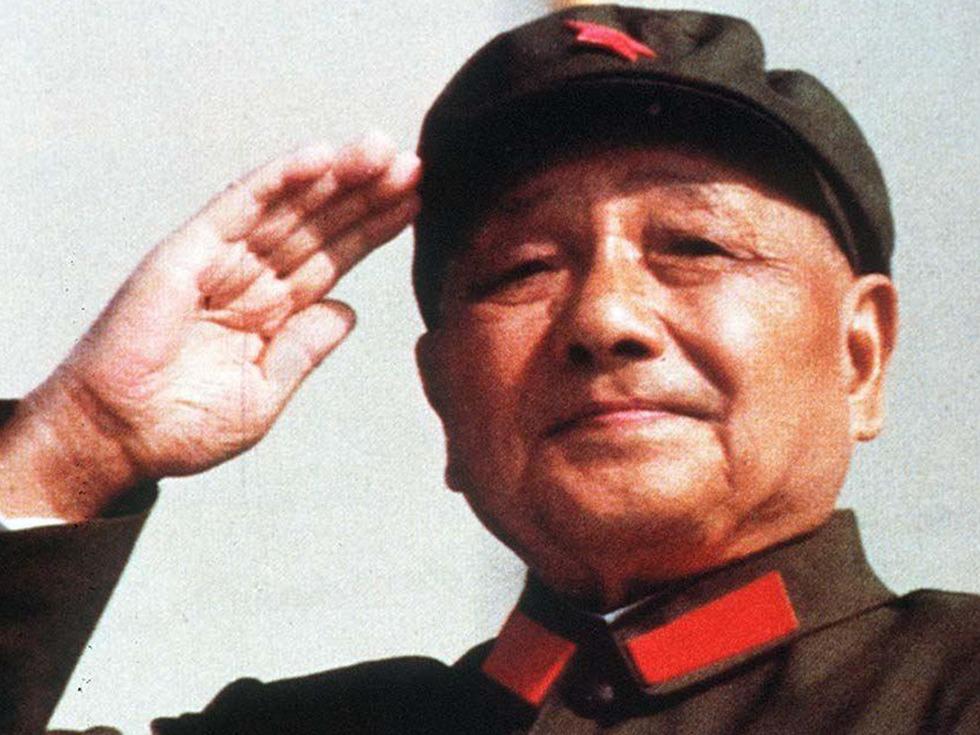 """1997年2月17日,邓小平在北京病逝。3月2日,根据邓小平""""把骨灰撒入大海""""遗愿,其骨灰从空中撒入连云港东部附近黄海海域。(图源:VCG)"""