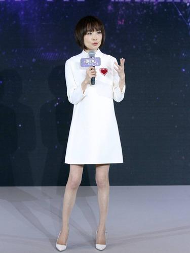 鲁豫一身白色连衣裙