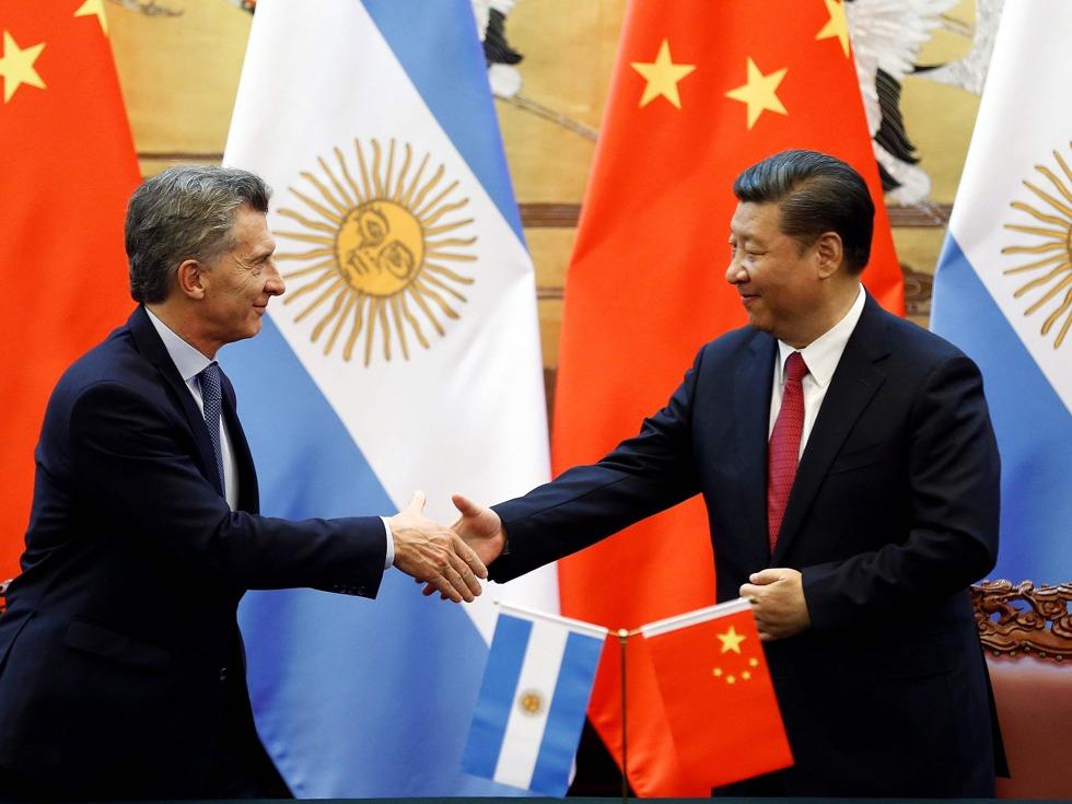 5月17日,在中国国家主席习近平与阿根廷总统马克里(Mauricio Macri)共同见证下,中核集团董事长王寿君与阿根廷核电公司总裁塞莫罗尼在北京人民大会堂签署了关于阿根廷第四座和第五座核电站的总合同。至此,中核集团出口海外核电机组增加至8台。(图源:Reuters/VCG)