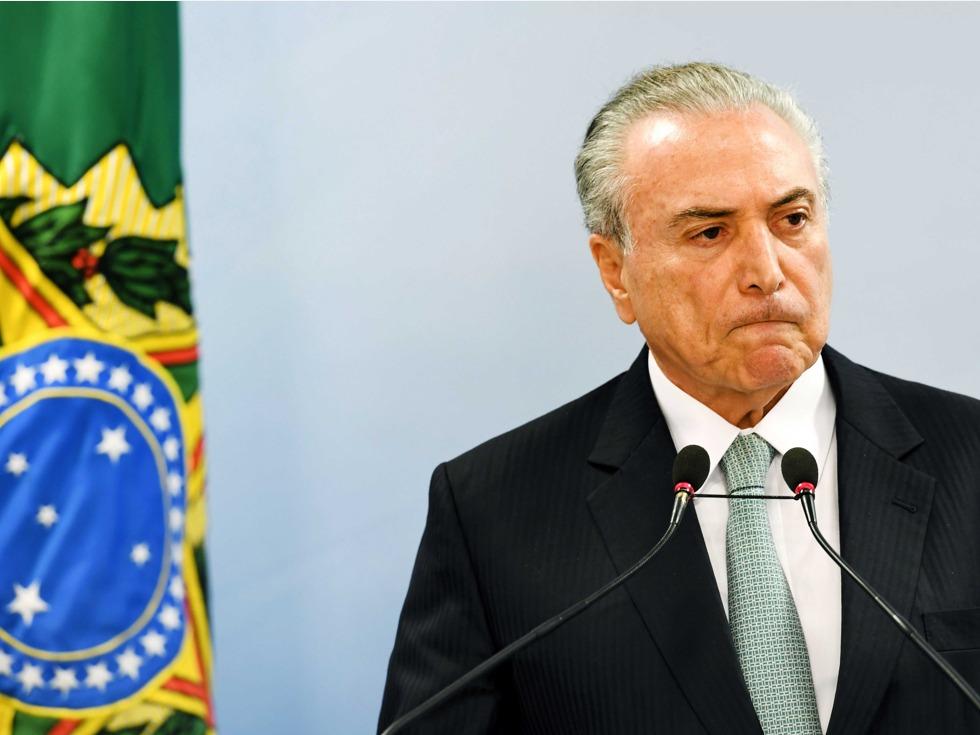 因丑闻录音事件,巴西议员们呼吁弹劾巴西总统米歇尔·特梅尔。与此同时,巴西总统否认了这一指控,17日晚发表声明,称总统特梅尔从未向已经入狱的前众议长库尼亚支付封口费,要求后者在狱中保持沉默。(图源:VCG)