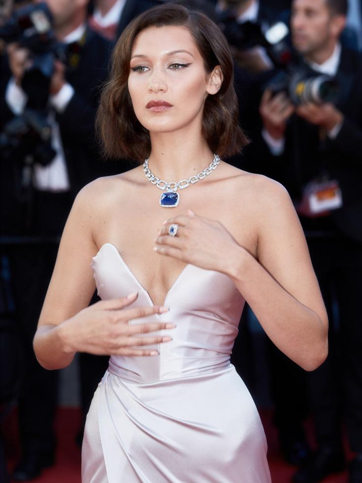 贝拉·哈迪德此次的裸色冷艳妆更使其显得高贵优雅。(图源:Getty/VCG)