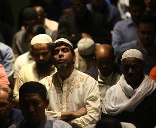 穆斯林参加斋月首个开斋晚宴