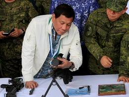 菲总统接收中国5000万武器 表情亮了