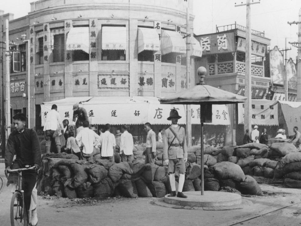 北平街头的防御工事。(图源:VCG)