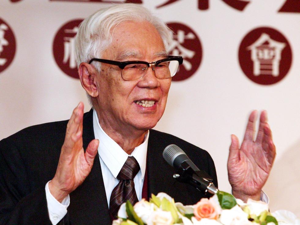 2008年4月29日,中国著名作家柏杨在台北病逝。5月17日,家属遵照柏杨遗愿,把骨灰送往他昔日曾经坐牢的绿岛附近海面抛撒。(图源:VCG)
