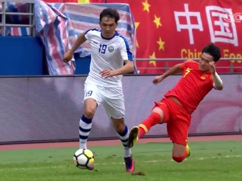 """中国球员""""断腿""""飞铲致对手骨折 第一时间无悔意[图集]"""