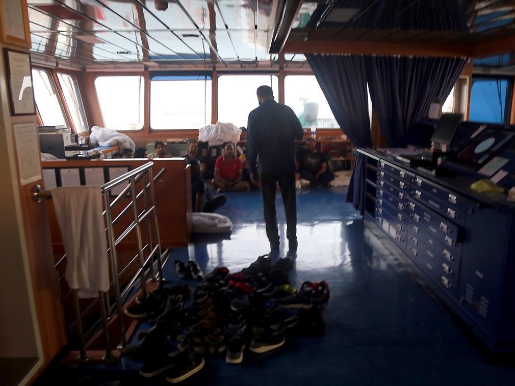 伊朗扣押英国油轮内部影像公开 船员盘坐在地[图集]
