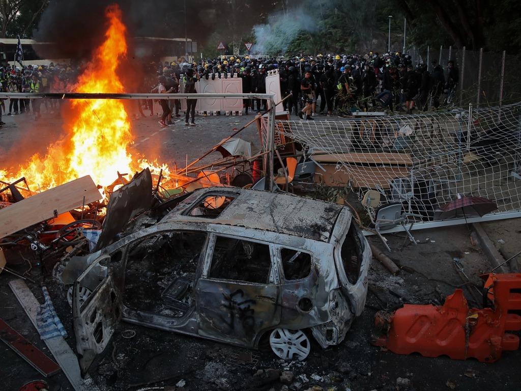 暴力示威者港中大纵火扔汽油弹 焚烧破坏港铁列车[图集]